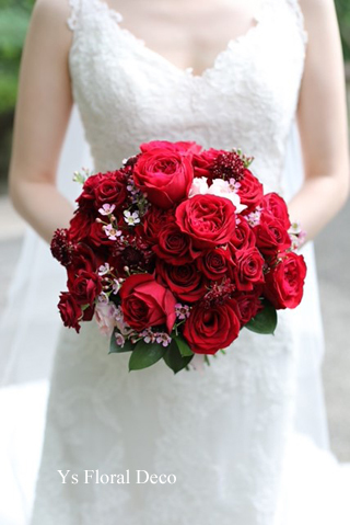 白ドレスにあわせる赤バラのブーケ_b0113510_14581882.jpg