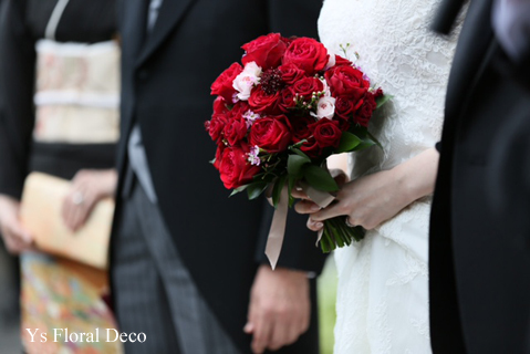 白ドレスにあわせる赤バラのブーケ_b0113510_14583578.jpg