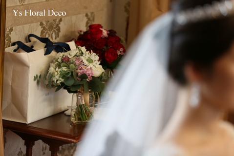 赤ドレスの新婦さんへ 白とくすみピンクのクラッチブーケ_b0113510_13374139.jpg