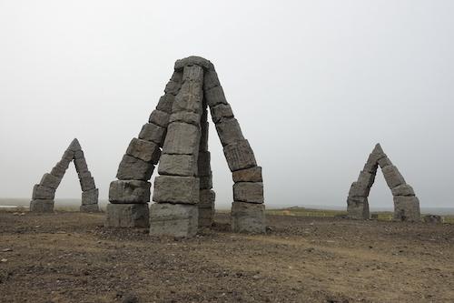 ストーンヘンジを目指す?アイスランドのアークティック・ヘンジ_c0003620_01524729.jpg