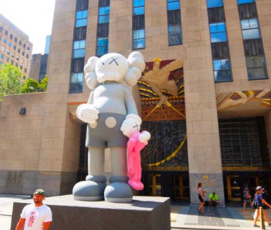 """NYのロックフェラー・センターにKAWSの巨大アート、""""SHARE""""(BFFを持ったCompanionの像)_b0007805_06182779.jpg"""