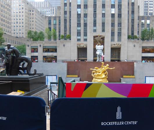 """NYのロックフェラー・センターにKAWSの巨大アート、""""SHARE""""(BFFを持ったCompanionの像)_b0007805_06185200.jpg"""