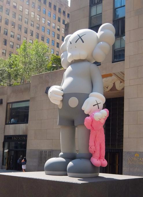 """NYのロックフェラー・センターにKAWSの巨大アート、""""SHARE""""(BFFを持ったCompanionの像)_b0007805_06222927.jpg"""