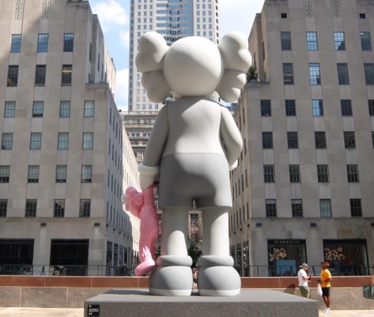"""NYのロックフェラー・センターにKAWSの巨大アート、""""SHARE""""(BFFを持ったCompanionの像)_b0007805_06225093.jpg"""