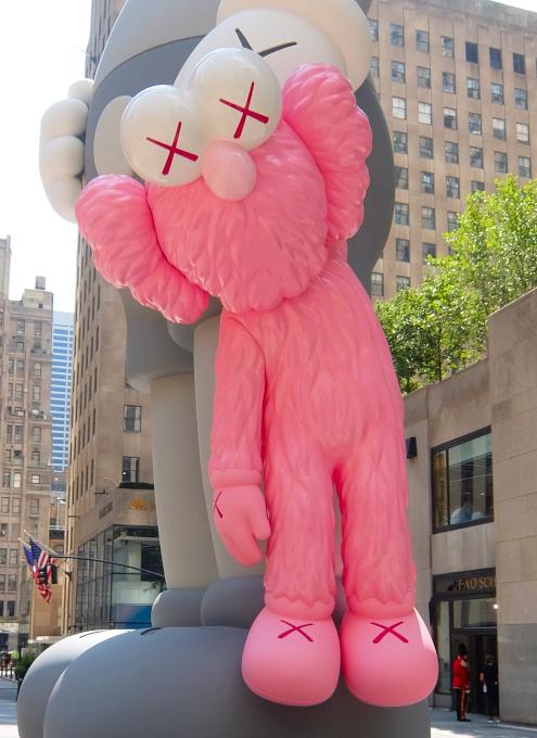 """NYのロックフェラー・センターにKAWSの巨大アート、""""SHARE""""(BFFを持ったCompanionの像)_b0007805_06230523.jpg"""