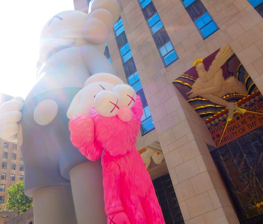 """NYのロックフェラー・センターにKAWSの巨大アート、""""SHARE""""(BFFを持ったCompanionの像)_b0007805_06231504.jpg"""