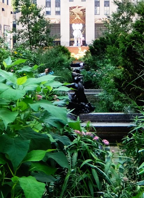 新しい夏のニューヨークの風物詩?、ロックフェラー・センターの「砂場」_b0007805_05413358.jpg