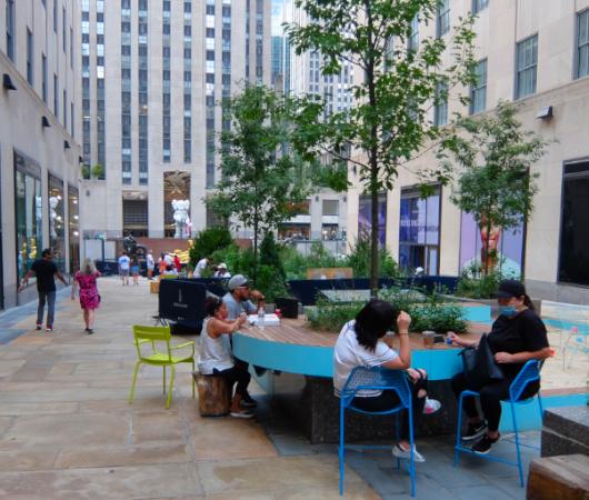 新しい夏のニューヨークの風物詩?、ロックフェラー・センターの「砂場」_b0007805_05414402.jpg