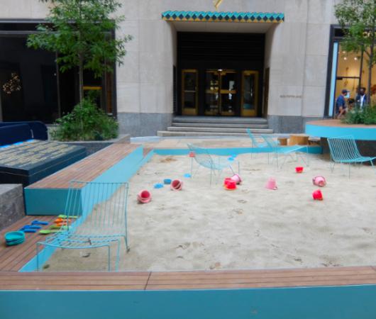 新しい夏のニューヨークの風物詩?、ロックフェラー・センターの「砂場」_b0007805_05420753.jpg