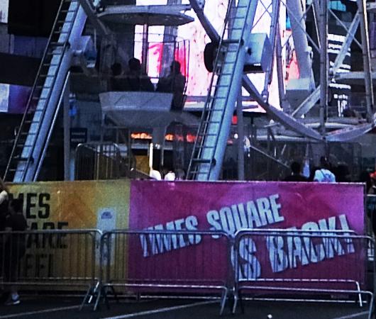 タイムズ・スクエアに高さ約34mの観覧車⁉が登場中_b0007805_06025831.jpg