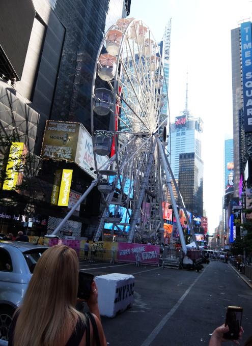 タイムズ・スクエアに高さ約34mの観覧車⁉が登場中_b0007805_06032643.jpg