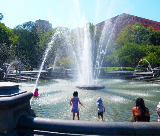 『ニューヨークの夏』を感じられる名所の1つ、ワシントン・スクエア公園の噴水_b0007805_02260863.jpg