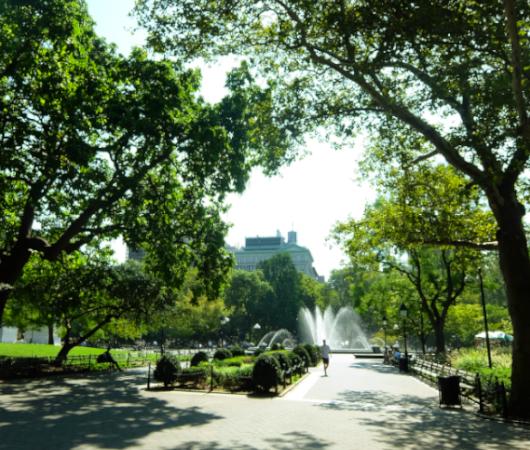 『ニューヨークの夏』を感じられる名所の1つ、ワシントン・スクエア公園の噴水_b0007805_02262212.jpg