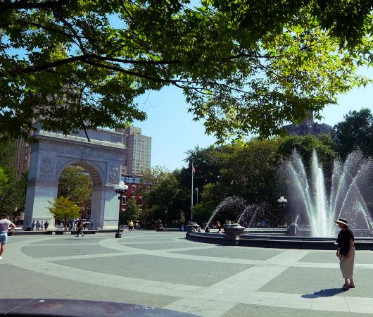 『ニューヨークの夏』を感じられる名所の1つ、ワシントン・スクエア公園の噴水_b0007805_02263487.jpg