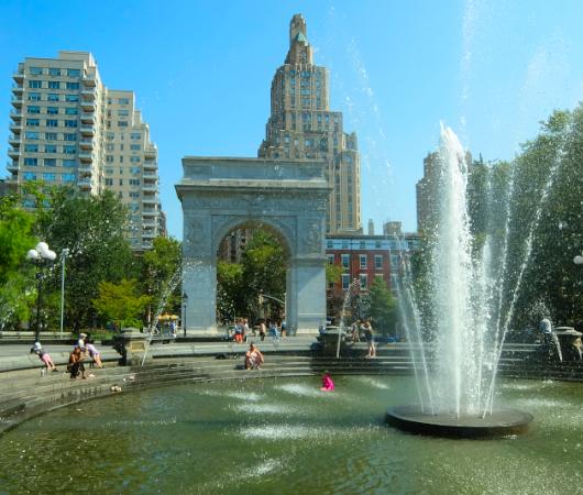 『ニューヨークの夏』を感じられる名所の1つ、ワシントン・スクエア公園の噴水_b0007805_02264362.jpg