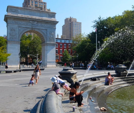 『ニューヨークの夏』を感じられる名所の1つ、ワシントン・スクエア公園の噴水_b0007805_02265935.jpg