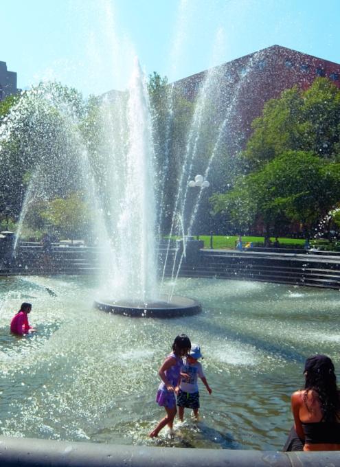 『ニューヨークの夏』を感じられる名所の1つ、ワシントン・スクエア公園の噴水_b0007805_02270446.jpg