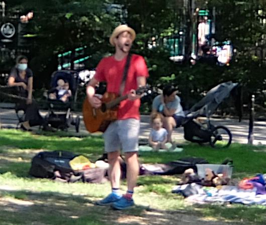 ニューヨークの公園で見かけた『歌のお兄さん』_b0007805_03284773.jpg