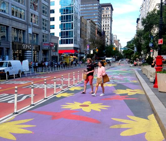"""NYの街角最新トレンド、車道に描かれる巨大アート、14丁目の""""Collective Vision""""_b0007805_03463714.jpg"""