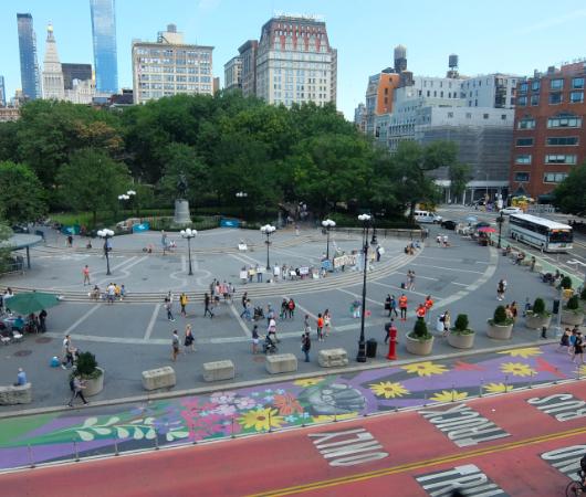 """NYの街角最新トレンド、車道に描かれる巨大アート、14丁目の""""Collective Vision""""_b0007805_03471044.jpg"""