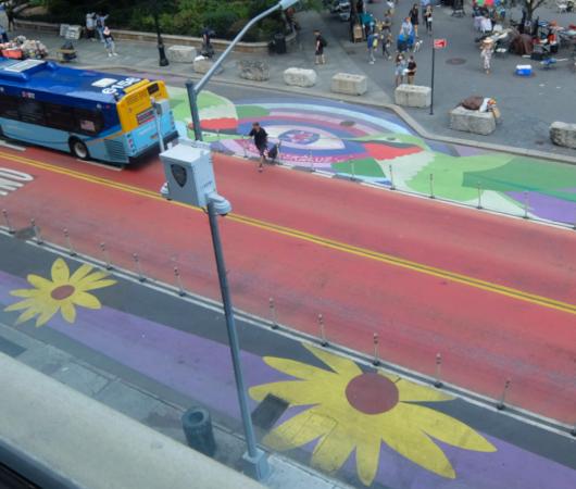 """NYの街角最新トレンド、車道に描かれる巨大アート、14丁目の""""Collective Vision""""_b0007805_03472050.jpg"""