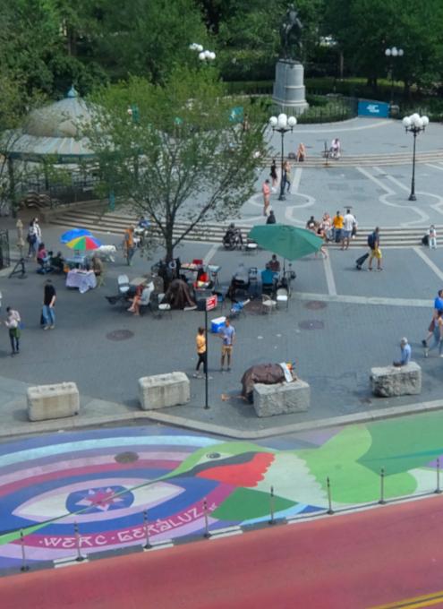 """NYの街角最新トレンド、車道に描かれる巨大アート、14丁目の""""Collective Vision""""_b0007805_03473110.jpg"""