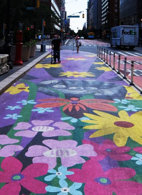 """NYの街角最新トレンド、車道に描かれる巨大アート、14丁目の""""Collective Vision""""_b0007805_03474321.jpg"""