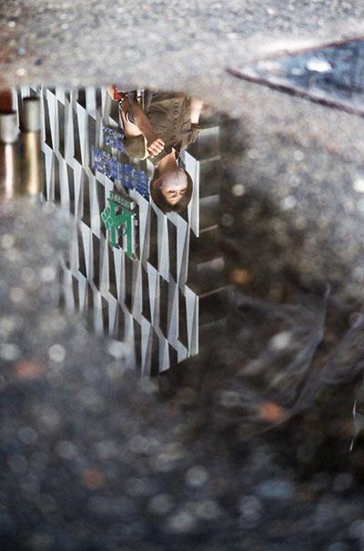 雨上がりの水たまりから見た阪神百貨店_e0022047_22053062.jpg
