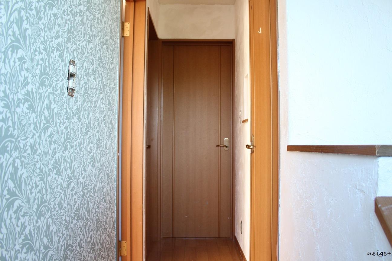 2階の廊下はアクセントクロス仕上げ。家じゅう漆喰計画コンプリート!_f0023333_23262458.jpg