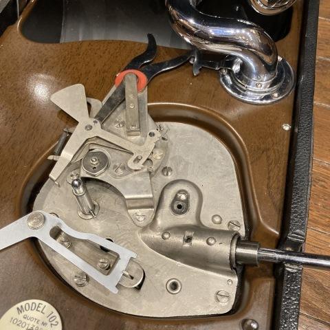 ポータブル蓄音機 HMV102 初期型(黒色)が入荷_a0047010_16344921.jpg
