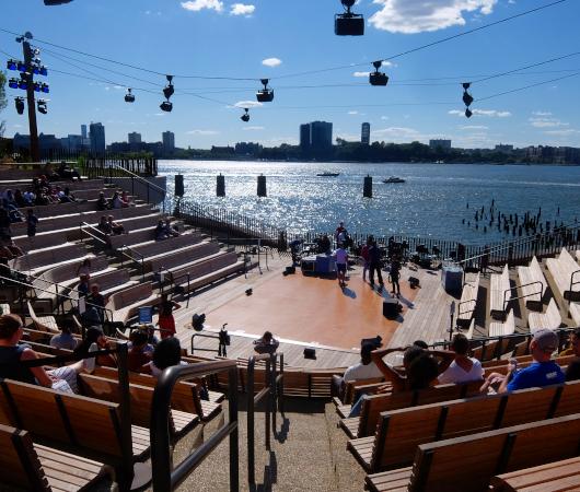 リトル・アイランドの815名収容、劇場みたいな屋外大ステージ「アンフ」(The Amph)_b0007805_05531369.jpg