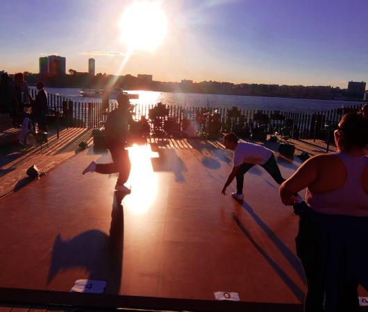 うっとりするほど美しいニューヨークの夕日に映えるダンス_b0007805_06210151.jpg