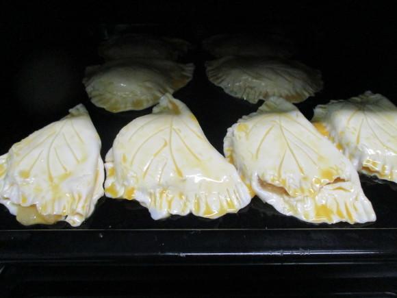 飾ったお花と煮て置いたお林檎で作ったアップルパイ_a0279743_19372266.jpg