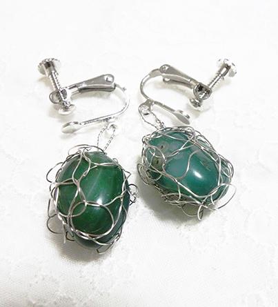 緑の石で★編み編みイヤリング_a0383340_00141917.jpg