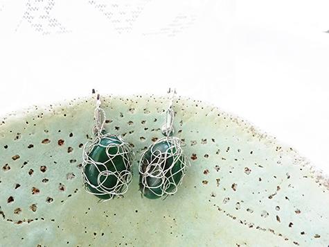 緑の石で★編み編みイヤリング_a0383340_00143410.jpg