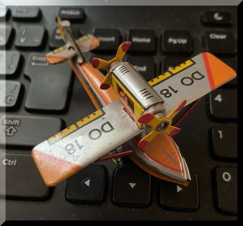 ブリキの飛行機_e0054438_16130333.jpg